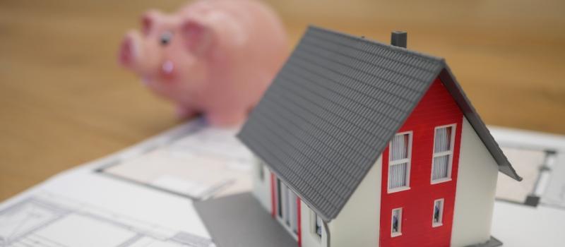 住宅と貯金箱